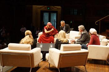 """Его Святейшество Далай-лама принял участие в конференции """"Юных умов"""", пообедал в бесплатной столовой """"Хлеба и рыбы"""" и посетил Вестмидскую больницу"""