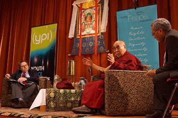 """Его Святейшество принял участие в беседе """"Этика для всего мира"""" в Сиднее и прочел лекцию о сострадании в Мельбурне"""