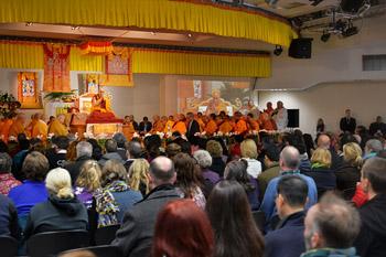 """Его Святейшество Далай-лама провел учения по """"Сутре сердца"""" и по произведению геше Лангри Тангпы """"Восемь строф для тренировки ума"""" в буддийском храме Куан Мин"""