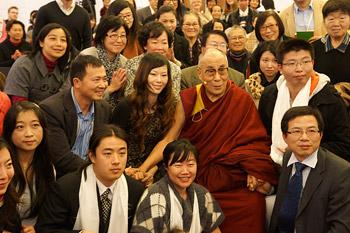 """В Мельбурне Его Святейшество Далай-лама принял участие в беседе в рамках форума """"Счастье и его истоки"""" и встретился с китайскими учеными и друзьями"""