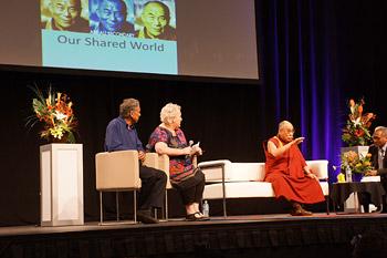 """В последний день пребывания в Австралии Далай-лама даровал учение о Четырех благородных истинах и прочел лекцию """"Этика в общем для всех мире"""" в Дарвине"""