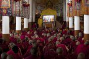 Для тибетских монахов на территории храма организована видео-трансляция учений Его Святейшества Далай-ламы. Дхарамсала, штат Химачал-Прадеш, Индия. 1 июня 2013 г. Фото: Абхишек Мадхукар