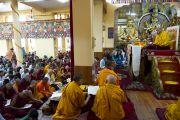 Его Святейшество Далай-лама читает молитвы перед началом первого дня учений, которые он дарует по просьбе группы буддистов из Индии. Дхарамсала, штат Химачал-Прадеш, Индия. 1 июня 2013 г. Фото: Абхишек Мадхукар