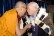 Его Святейшество Далай-лама обменивается традиционным приветствием со старейшинами племени маори перед началом учений в Крайстчерче, Новая Зеландия. 9 июня 2013 г. Фото: Jacqui Walker