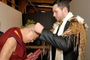 По завершении встречи со студентами университета Кентербери Его Святейшеству Далай-ламе поднесли традиционное ритуальное украшение маори. Крайстчерч, Новая Зеландия. 10 июня 2013 г. Фото: Jacqui Walker
