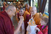 Тибетцы встречают Его Святейшество Далай-ламу традиционным приветствием в новозеландском Крайстчерче. 8 июня 2013 г. Фото: Джереми Рассел (офис ЕСДЛ)