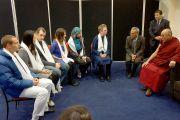 Его Святейшество Далай-лама на встрече с представителями молодежного совета при Парламенте мировых религий. Крайстчерч, Новая Зеландия. 10 июня 2013 г. Фото: Джереми Рассел (офис ЕСДЛ)