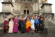 Его Святейшество Далай-лама на встрече с представителями межконфессионального совета Данидина на ступенях кафедрального собора Святого Павла. Данидин, Новая Зеландия. 11 июня 2013 г. Фото: Джеки Уокер.