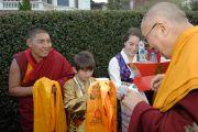 """Его Святейшеству Далай-ламу приветствуют в традиционном тибетском стиле по прибытии в буддийский центр """"Даргье"""" в Данидине, Новая Зеландия. 10 июня 2013 г. Фото: Джеки Уокер."""