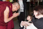 Юный последователь приветствует Его Святейшество Далай-ламу по прибытии в Данидин, Новая Зеландия. 10 июня 2013 г. Фото: Келли Стокдэйл.