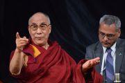 Его Святейшество Далай-лама во время сессии вопросов и ответов на встрече со студентами и сотрудниками университета Сиднея, Австралия. 13 июня 2013 г. Фото: Rusty Stewart/DLIA 2013