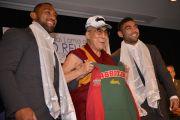 Его Святейшеству Далай-ламе подарили футболку и кепку футбольной команды Rabbitohs (штат Новый Южный Уэльс). Сидней, Австралия. 13 июня 2013 г. Фото: Rusty Stewart/DLIA 2013