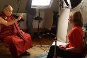 Его Святейшество Далай-лама во время интервью для передачи 730 Report телеканала ABC Television. Сидней, Австралия. 13 июня 2013 г. Фото: Джереми Рассел (офис ЕСДЛ)