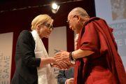 Его Святейшество Далай-лама и актриса Кейт Бланшетт перед началом публичной лекции. Сидней, Австралия. 16 июня 2013 г. Фото: Rusty Stewart/DLIA 2013