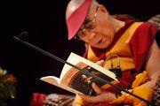 """Его Святейшество Далай-лама дарует устную передачу  """"Драгоценного светильника: хвала бодхичитте"""" Куну Ринпоче во второй день учений. Сидней, Австралия. 15 июня 2013 г. Фото: Rusty Stewart/DLIA 2013"""