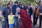 Его Святейшество Далай-лама приветствует своего юного поклонника по дороге в парк Тумбалонг на митинг в поддержку Тибета. Сидней, Австралия. 16 июня 2013 г. Фото: Джереми Рассел (офис ЕСДЛ)