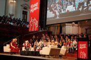 """Сто молодых участников форума """"Юные умы"""" дожидаются очереди, чтобы задать вопросы Его Святейшеству Далай-ламе. Сидней, Австралия. 17 июня 2013 г. Фото: Джереми Рассел (офис ЕСДЛ)"""