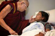 Его Святейшество Далай-лама утешает пациента во время посещения Вестмидской больницы. Сидней, Австралия. 17 июня 2013 г. Фото: Джереми Рассел (офис ЕСДЛ)