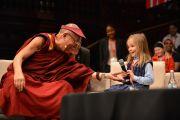 """Маленькая девочка задает вопрос Его Святейшеству Далай-ламе во время молодежного форума """"Юные умы"""". Сидней, Австралия. 17 июня 2013 г. Фото: Rusty Stewart/DLIA 2013"""