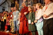 """Его Святейшество Далай-лама с группой молодых людей задававших ему вопросы на форуме """"Юные умы"""". Сидней, Австралия. 17 июня 2013 г. Фото: Rusty Stewart/DLIA 2013"""