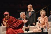 """Его Святейшество Далай-лама отвечает на вопросы детей на молодежном форуме """"Юные умы"""". Сидней, Австралия. 17 июня 2013 г. Фото: Rusty Stewart/DLIA 2013"""
