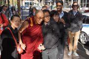 Его Святейшество Далай-лама фотографируется со своими почитателями по дороге в здание парламента Нового Южного Уэльса. Сидней, Австралия. 18 июня 2013 г. Фото: Джереми Рассел (офис ЕСЛД)