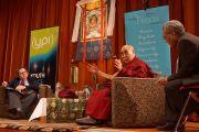 """Эндрю Уэст, Его Святейшество Далай-лама и его переводчик Тензин Цепак во время беседы """"Этика для всего мира"""", организованной сиднейским Фондом мира. Сидней, Австралия. 18 июня 2013 г.Фото: Джереми Рассел (офис ЕСДЛ)"""