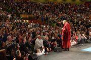 Его Святейшество Далай-лама приветствует аудиторию и здоровается со старыми друзьями перед началом публичной лекции. Мельбурн, Австралия. 1 июня 2013 г. Фото: Джереми Рассел (офис ЕСДЛ)