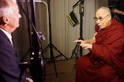 Его Святейшество Далай-лама дает интервью телеканалу SBD для новостной передачи Dateline. Мельбурн, Австралия. 20 июня 2013 г. Фото: Джереми Рассел (офис ЕСДЛ)