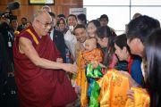 Его Святейшество Далай-ламу встречают в аэропорту Аделаиды, Австралия. 20 июня 2013 г. Фото: Rusty Stewart/DLIA 2013