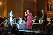 """Его Святейшество Далай-лама примеряет традиционную австралийскую шляпу """"акубра"""", подаренную ему по окончании встречи """"Общество и благополучие"""" в ратуше Аделаиды. Аделаида, Австралия. 21 июня 2013 г. Фото: Джереми Рассел (офис ЕСЛД)"""