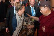 Одна из поклонниц принесла своего домашнего вомбата на встречу с Его Святейшеством Далай-ламой. Аделаида, Австралия. 21 июня 2013 г. Фото: Джереми Рассел (офис ЕСДЛ)