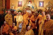 Его Святейшество Далай-лама фотографируется с монахами и монахинями в Тибетском буддийском институте. Аделаида, Австралия. 20 июня 2013 г. Фото: Джереми Рассел (офис ЕСДЛ)