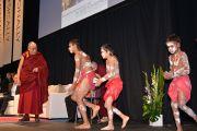 """Его Святейшество Далай-лама любуется традиционным австралийским танцем перед началом лекции """"В поисках счастья"""". Аделаида, Австралия. 21 июня 2013 г. Фото: Rusty Stewart/DLIA"""