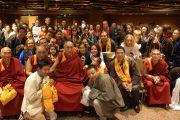 Его Святейшество Далай-лама фотографируется с тибетцами, живущими в Австралии, после встречи с представителями тибетского, бутанского и монгольского сообществ. Аделаида, Австралия. 21 июня 2013 г. Фото: Джереми Рассел (офис ЕСДЛ)
