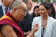 София Томсон с телеканала ABC задает Его Святейшеству Далай-ламе вопрос о том, какой совет он дал бы современным молодым людям. Аделаида, Австралия. 21 июня 2013 г. Фото: Джереми Рассел (офис ЕСДЛ)
