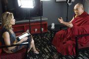 Карла Грант из телекомпании ITV интервьюирует Его Святейшество Далай-ламу в Дарвине, Австралия. 23 июня 2013 г. Фото: Джереми Рассел (офис ЕСДЛ)