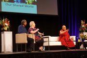 """Его Святейшество отвечает на вопросы из зала во время беседы по теме """"Этика в нашем общем мире"""" в Дарвине, Австралия. 23 июня 2013 г. Фото: Джереми Рассел (офис ЕСДЛ)"""