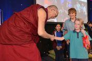 Его Святейшество Далай-лама благодарит школьников, задававших ему вопросы. Палмерстон, Австралия. 22 июня 2013 г.Фото: Джереми Рассел (офис ЕСДЛ)