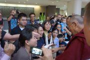 Поклонники приветствуют Его Святейшество Далай-ламу по его прибытию в отель в Дарвине, Австралия. 23 июня 2013 г. Фото: Джереми Рассел (офис ЕСДЛ)