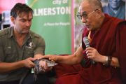 Его Святейшеству Далай-лама показывают карликового крокодила,которому он дал имя Таши. Палмерстон, Австралия. 22 июня 2013 г. Фото: Джереми Рассел (офис ЕСДЛ)