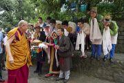 Тибетские студенты приветствуют Его Святейшество Далай-ламу в традиционном тибетском стиле в Тибетской детской деревне в первый день ежегодных учений духовного лидера для молодых тибетцев. Дхарамсала, Индия. 27 июня 2013 г. Фото: Тензин Чойджор (офис ЕСДЛ)