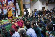 Его Святейшество Далай-лама приветствует более 2000 молодых тибетцев, собравшихся в Тибетской детской деревне на ежегодные учения тибетского духовного лидера. Дхарамсала, Индия. 27 июня 2013 г. Фото: Тензин Чойджор (офис ЕСДЛ)