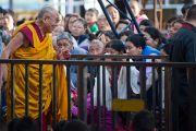 Его Святейшество прибыл в монастырь Сера Чже, чтобы даровать учения. Билакуппе, Карнатака, Индия. 6 июля 2013 г. Фото: Тензин Чойджор (офис ЕСДЛ)