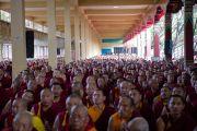 Тибетские монахи слушают учения Его Святейшества Далай-ламы с монастыре Сера Чже. Билакуппе, Карнатака, Индия. 6 июля 2013 г. Фото: Тензин Чойджор (офис ЕСДЛ)