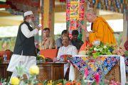 Его Святейшество Далай-лама принимает поздравления с днем рождения от мусульман Майсура в монастыре Сера Чже. Билакуппе, Карнатака, Индия. 6 июля 2013 г. Фото: Тензин Чойджор (офис ЕСДЛ)