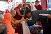 Сикьонг Лобсанг Сенге, глава Центральной тибетской администрации, совершает подношения Его Святейшеству Далай-лама во время торжественной церемонии в монастыре Сера Чже, посвященной 78-летию тибетского духовного лидера. Билакуппе, Карнатака, Индия. 6 июля 2013 г. Фото: Тензин Чойджор (офис ЕСДЛ)
