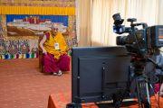 В монастыре Сера Чже Его Святейшество Далай-лама при помощи интернета участвует в торжествах по поводу своего дня рождения, проходящих в Тайване. Билакуппе, Карнатака, Индия. 6 июля 2013 г. Фото: Тензин Чойджор (офис ЕСДЛ)