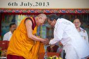 Его Святейшество Далай-лама принимает поздравления с днем рождения от главного министра штата Карнатака во время торжеств в монастыре Сера Чже. Билакуппе, Карнатака, Индия. 6 июля 2013 г. Фото: Тензин Чойджор (офис ЕСДЛ)