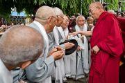 Его Святейшество Далай-лама приветствует пожилых тибетцев по приезде в монастырь Сера. Билакуппе, Карнатака, Индия. 5 июля 2013 г. Фото: Тензин Чойджор (офис ЕСДЛ)